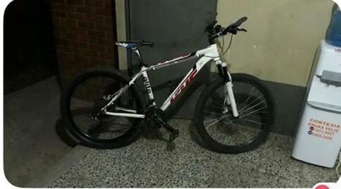 La bicicleta de Antonio Paduá permanece en la subestación de la PNC de San Juan Bautista, Suchitepéquez. (Foto Prensa Libre: Cristian I. Soto)