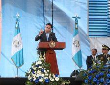 El presidente Jimmy Morales se dirige a funcionarios y estudiantes. (Foto Prensa Libre: Érick Ávila)