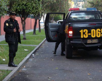 Agentes de PNC, en el lugar donde fueron hallados los cadáveres del exdiputado Joaquín Bracamonte y su esposa Zulma Subillaga. (Foto Prensa Libre: Carlos Hernández)