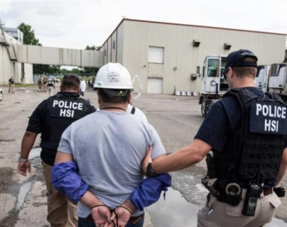 La Policía hizo en junio una redada, en una planta procesadora, en Ohio, y capturó a más de cien indocumentados, en su mayoría guatemaltecos. (Foto Prensa Libre: Immigration and Customs Enforcemen)