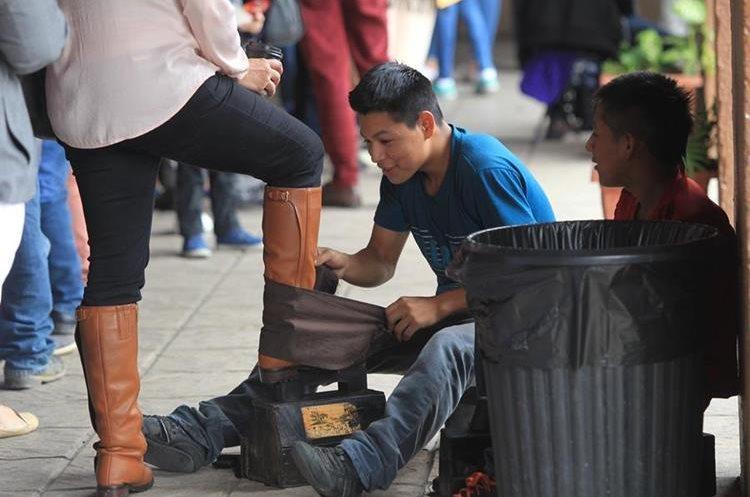 Unos 27 jóvenes que lustran zapatos se benefician con el programa de Lecciones Brillantes. (Foto Prensa Libre: Hemeroteca PL).