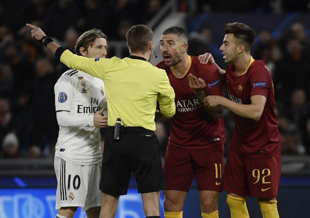 Aleksandar Kolarov y Luka Modric discuten con el árbitro. (Foto Prensa Libre: AFP)