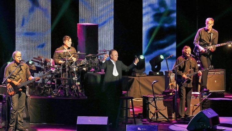 El cantante español Julio Iglesias (al centro), cantó la noche del sábado en el escenario del pabellón Meo Arena, de la ciudad de Lisboa, Portugal. En algunas interpretaciones estuvo acompañado de su hijo mayor, también llamado Julio Iglesias. Foto Prensa Libre: EFE