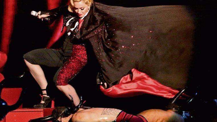 LA CAPA que usó Madonna en los Brit Awards, el 25 de febrero, hizo que esta se cayera.