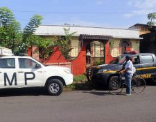 Agentes de la Policía Nacional Civil y del Ministerio Público buscan pistas en la vivienda donde fue localizada la docente Lilian Cecilia de Paz Saquic. (Foto Prensa Libre: Rolando Miranda)