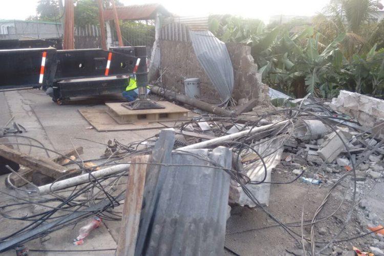 El trailer destrozó dos viviendas.