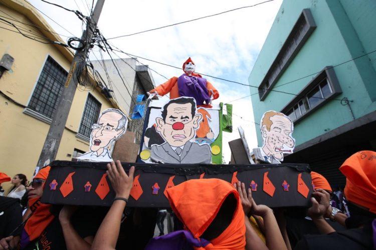 La Huelga de Dolores organizada por estudiantes de la Universidad de San Carlos de Guatemala recorre las calles del Centro Histórico este viernes.