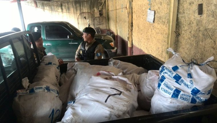Más de mil libras de filete seco de pez vela fue decomisado este viernes. (Foto Prensa Libre: Erick Ávila)