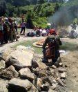 Parte de la ceremonia con la que un grupo de sacerdotes mayas piden perdón a la Tierra por el daño causdo. (Foto Prensa Libre: Héctor Cordero)