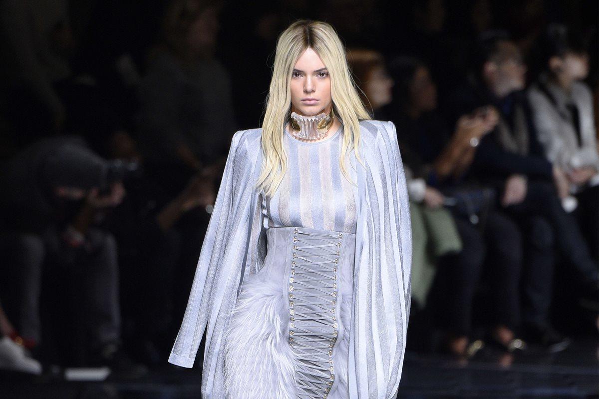 Balmain triunfa en París al cambiar el color de pelo de sus modelos