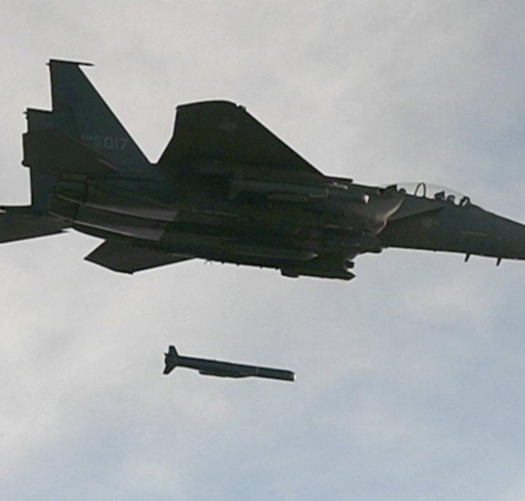 Un avión F-15K de Corea del Sur participa en las maniobras militares. (EFE).
