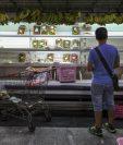 Venezolanos buscan alimentos en un supermercado con estanterías parcialmente vacías, en Caracas, Venezuela.(Foto Prensa Libre:EFE).
