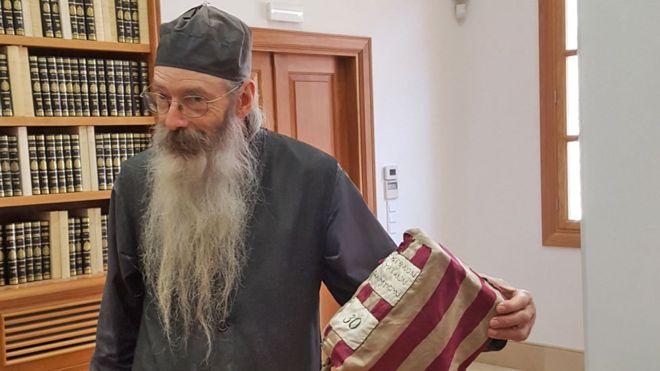 El fraile Justin está ayudando a compartir en internet los históricos manuscritos del antiguo monasterio del Sinaí.