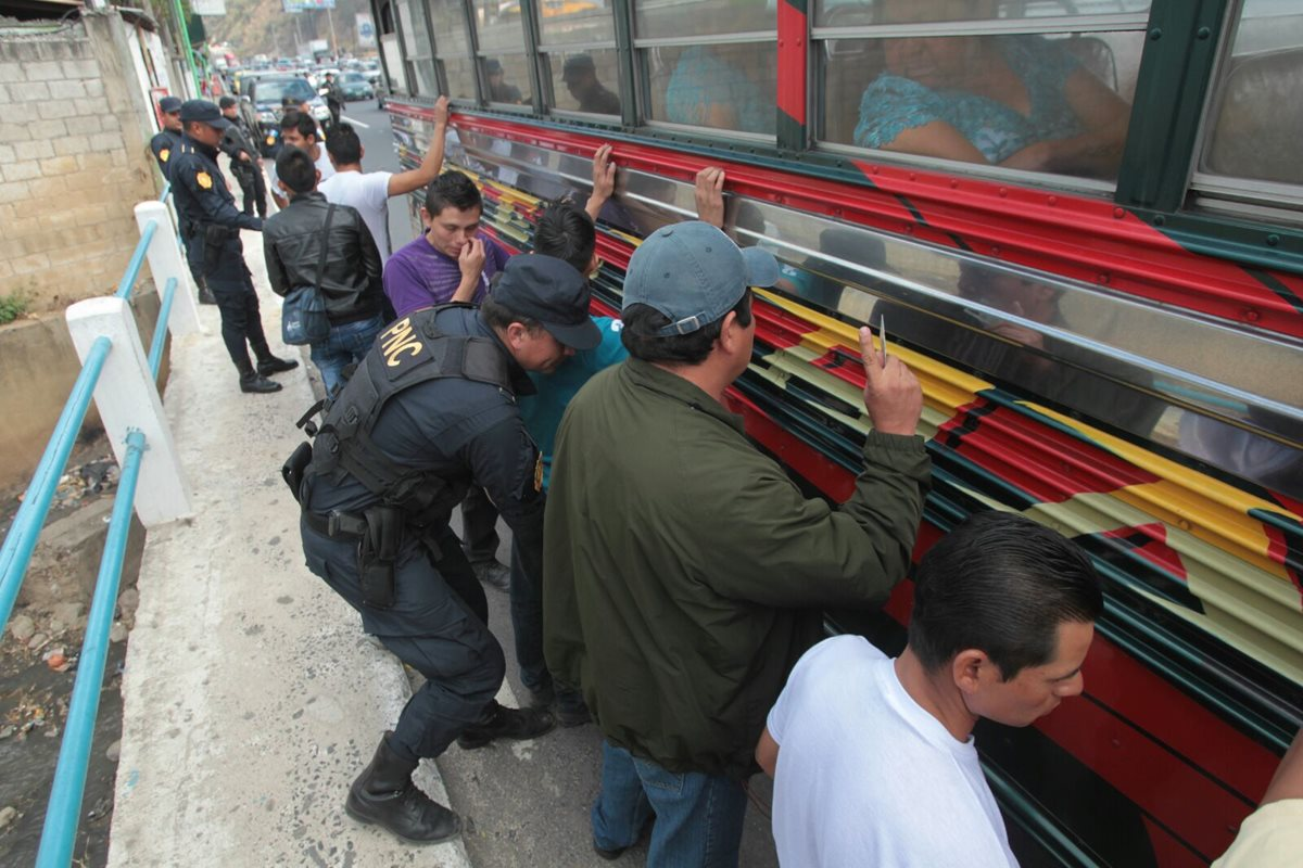 La PNC hizo un registro de pasajeros como parte de los operativos (Foto Prensa Libre: Érick Ávila)