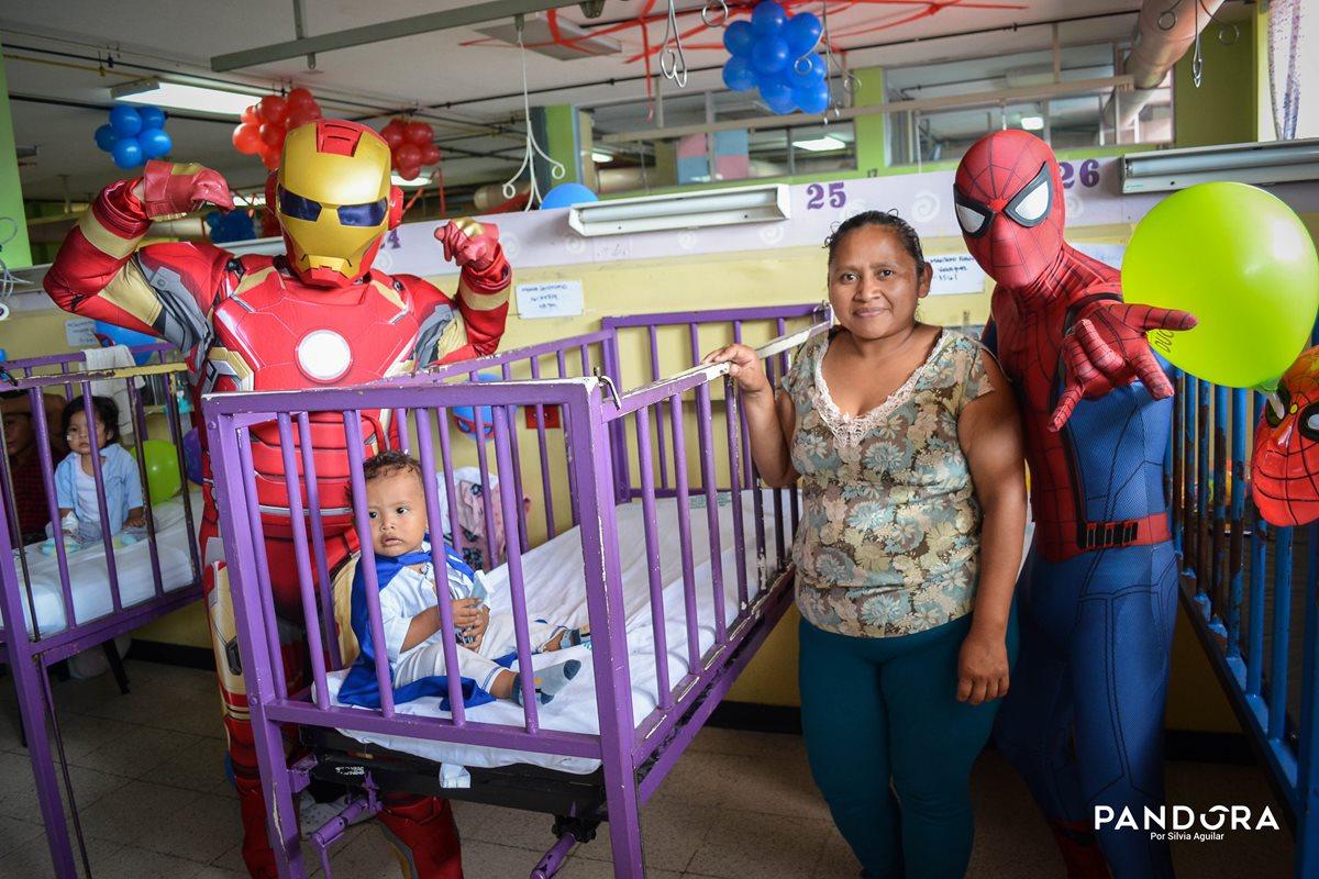 Iro Man y Spiderman visitan el área de pediatría del Hospital San Juan de Dios. (Foto Prensa Libre: Silvia Aguilar)