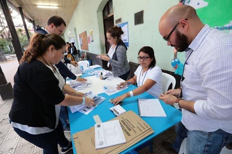 Momento en que mesas electorales empiezan conteo de votos de la Consulta Popular Guatemala 2018. (Foto: Hemeroteca PL)