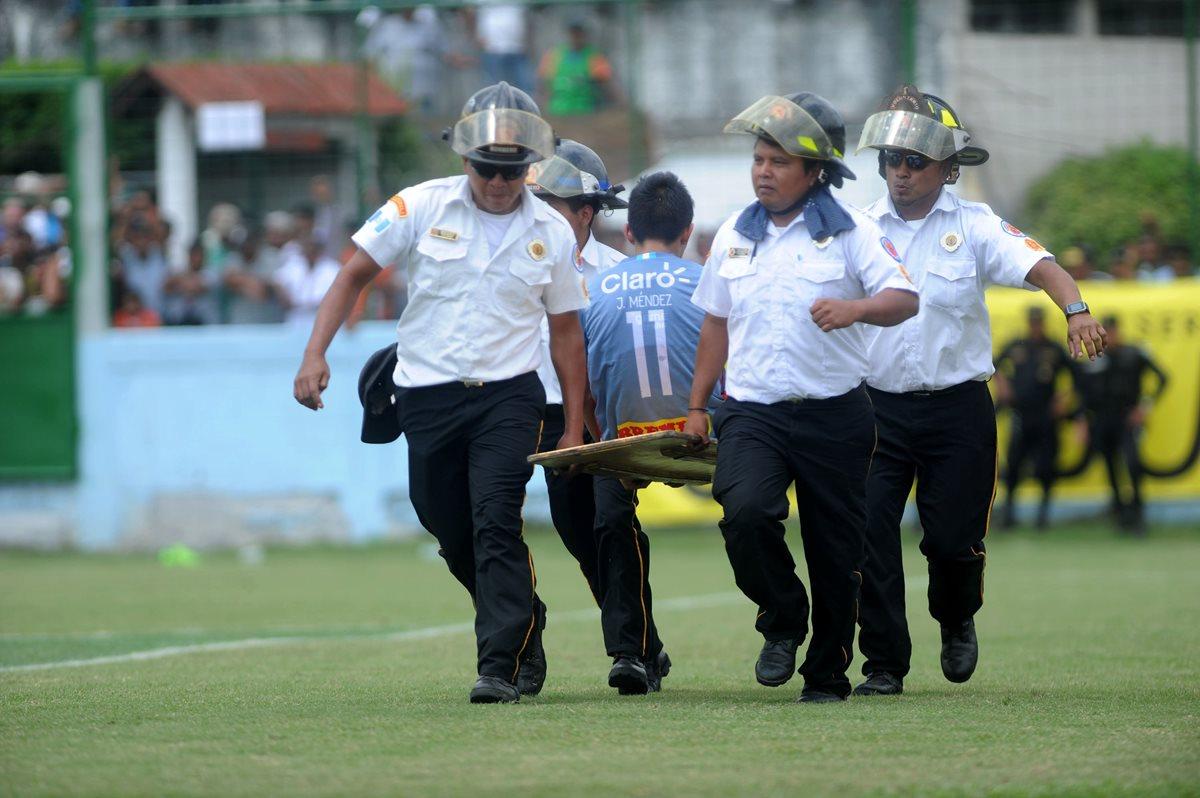 John Méndez tuvo que ser retirado por los bomberos de la cancha del estadio Mateo Sicay Paz, el domingo pasado en la fecha ocho del torneo Apertura 2017. (Foto Prensa Libre: Edwin Fajardo)