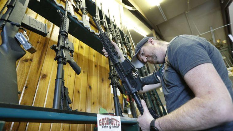La facilidad con la que los estadounidenses pueden adquirir armas ha sido criticada por diversos grupos de la Sociedad. (Foto Prensa Libre: AFP)