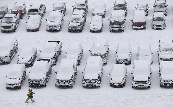 La nieve cubrió varios autos en Wisconsin. (AP)