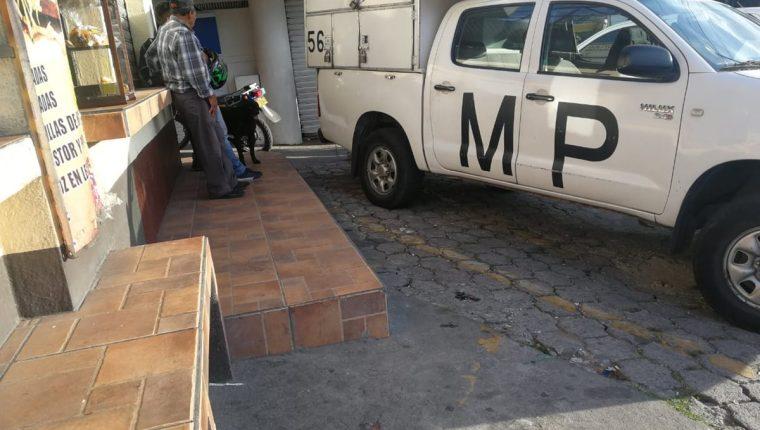 El Ministerio Público llegó al lugar para tomar la denuncia y evidencias que faciliten la identificación de los delincuentes. (Foto Prensa Libre: Óscar Rivas)