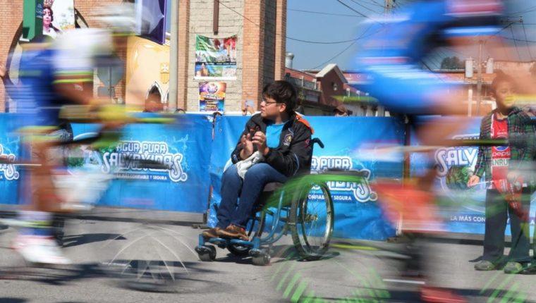 Carlos Sosa estuvo atento al paso de los ciclistas, especialmente de Manuel Rodas. (Foto Prensa Libre: Raúl Juárez)