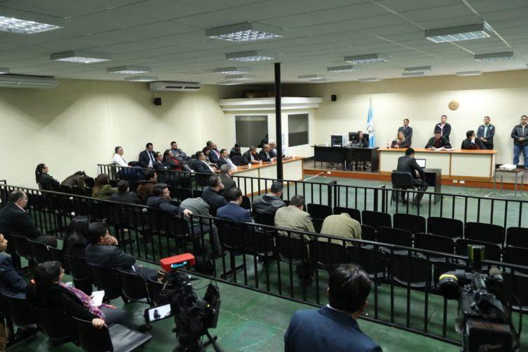 """La lectura inició y el juez Xitumul dijo: """"Por ser funcionarios públicos serán sancionados con pena correspondiente aumentada a una cuarta parte""""."""