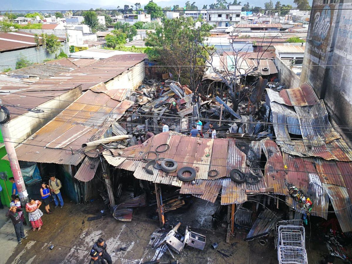 Tres inmuebles donde funcionaban comercios fueron destruidos por un incendio. (Foto Prensa Libre: César Pérez)