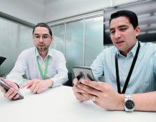 Francisco Santos y Emerson González, ejecutivos de Tigo. (Foto, Prensa Libre: Paulo Raquec)