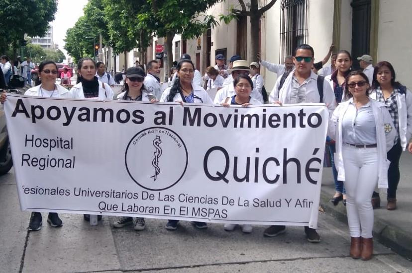 Un grupo de facultativos de Quiché viajó a la capital para apoyar las peticiones del gremio. (Foto Prensa Libre: Cortesía)