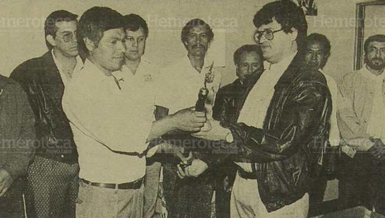 15/07/1993. Arnoldo Medrano (derecha) recibe vara edilicia al momento de tomar posesión como Alcalde del Munipio de Chinautla.(Foto: Hemeroteca PL).