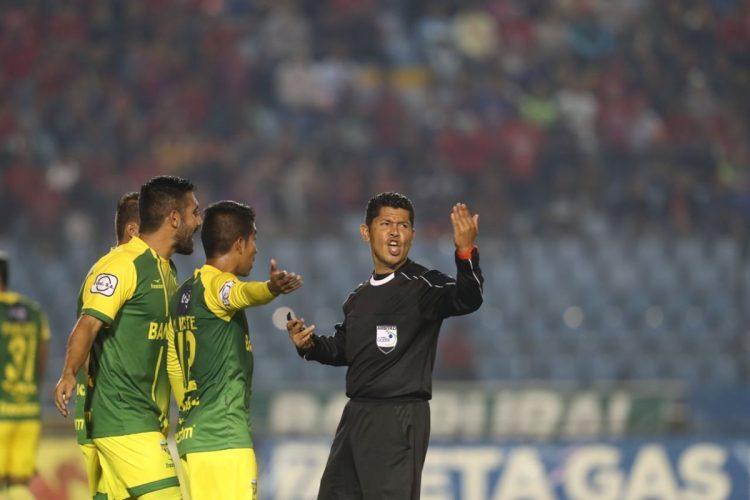 Los jugadores de Petapa le reclaman al árbitro Mario Ramírez.