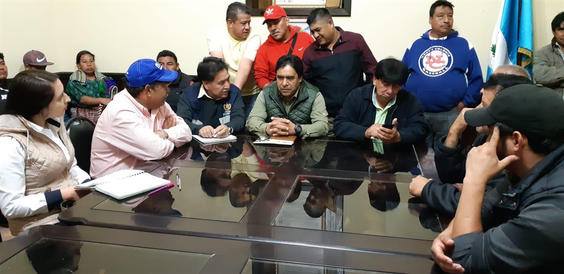 Transportistas anuncian suspensión de medidas de hecho ante promesa de inicio de trabajos para reparar carreteras en Quiché. (Foto Prensa Libre: Héctor Cordero)