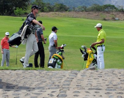 Los golfistas además de su buena técnica cuidan su apariencia y no pierden su estilo. (Foto Prensa Libre: Jeniffer Gómez)
