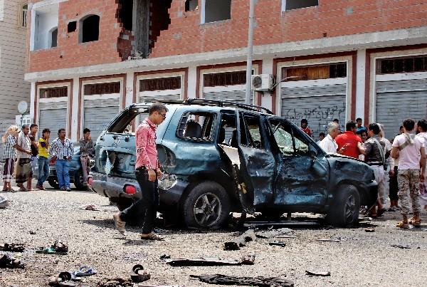 Curiosos observan los daños causados por la serie de atentados en Adén, Yemen. (AP).