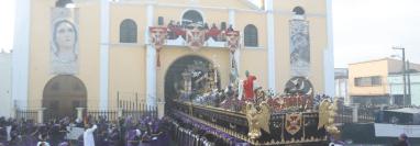 Las enormes andas procesionales del Señor de los Milagros, sale del templo de San José. (Foto Prensa Libre: Óscar Rivas)