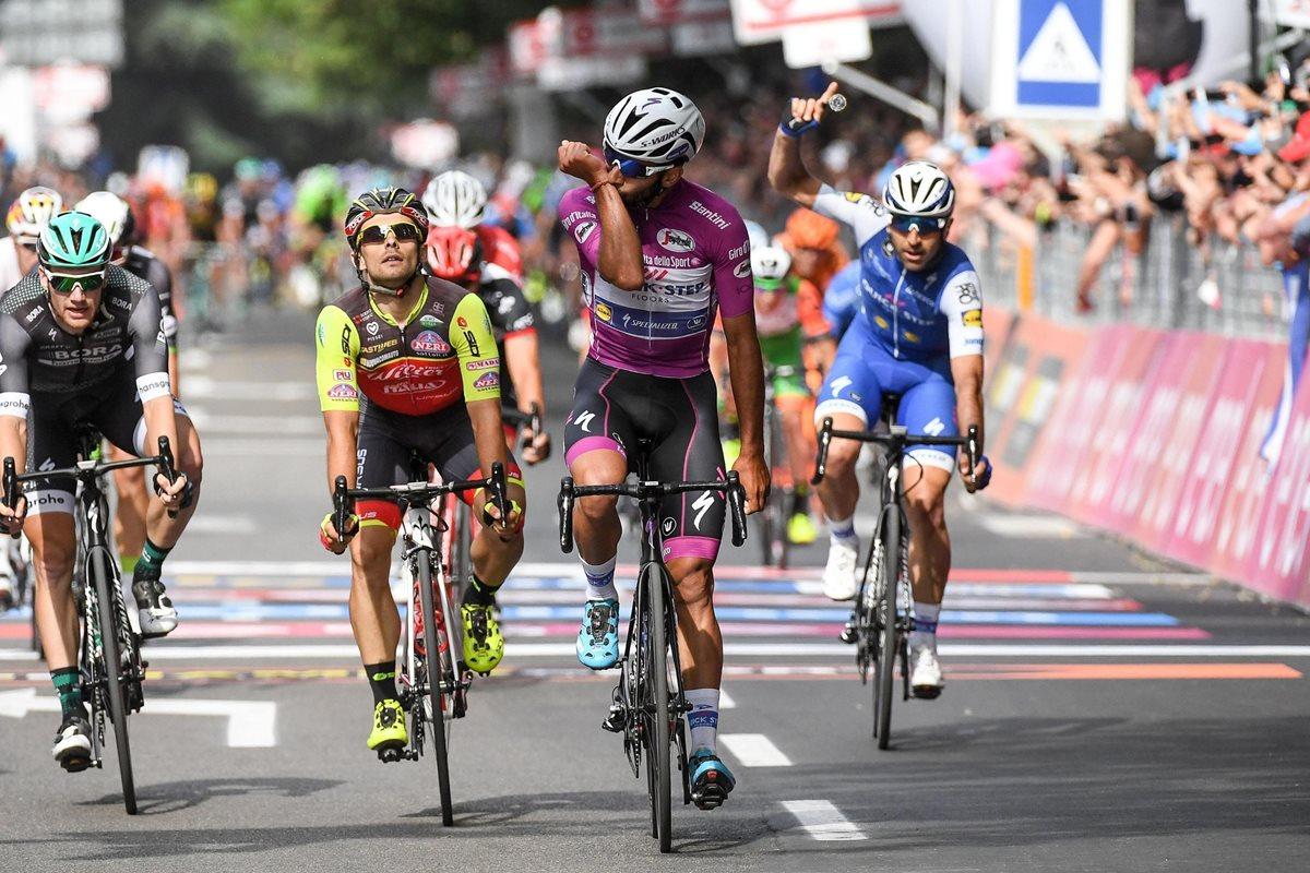 El ciclista colombiano Fernando Gaviria (c) Quick-Step Floors celebra su victoria en la duodécima etapa del Giro de Italia. (Foto Prensa Libre: EFE)