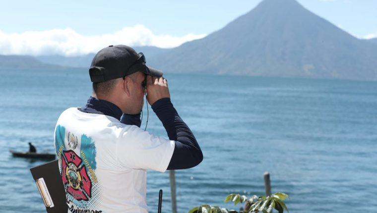 Luis Xoch, oficial de los Bomberos Voluntarios, utiliza binoculares para ampliar su visión. (Foto Prensa Libre: Juan Diego González)