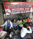 Maestros mantienen tomadas las instalaciones de la Dirección Departamental de Educación Guatemala Norte, en la zona 2. (Foto Prensa Libre: Érick Avila)