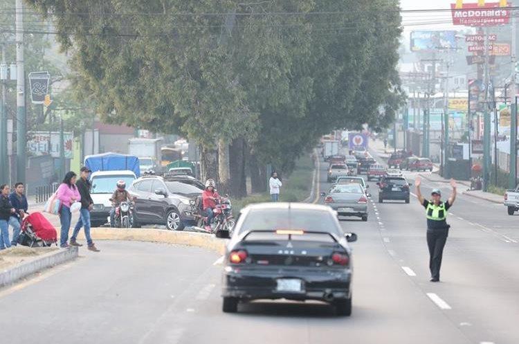 En el kilómetro 29 un agente de la PMT regula el paso de automóviles, ese es el punto toral de los atascos en San Lucas Sacatepéuqez. (Foto Prensa Libre: Hemeroteca PL)