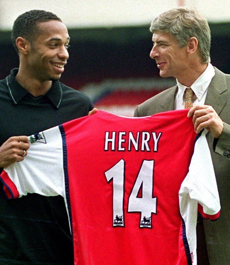 Uno de los fichajes más importantes del Arsenal, Thierry Henry junto a Arsene Wenger. (Foto Prensa Libre: AFP)