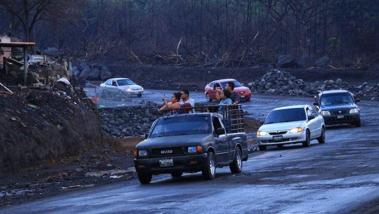 Quienes pasan por la zona cero se quedan admirados de cómo quedó el lugar luego de la erupción del 3 de junio pasado. (Foto Prensa Libre: Enrique Paredes)