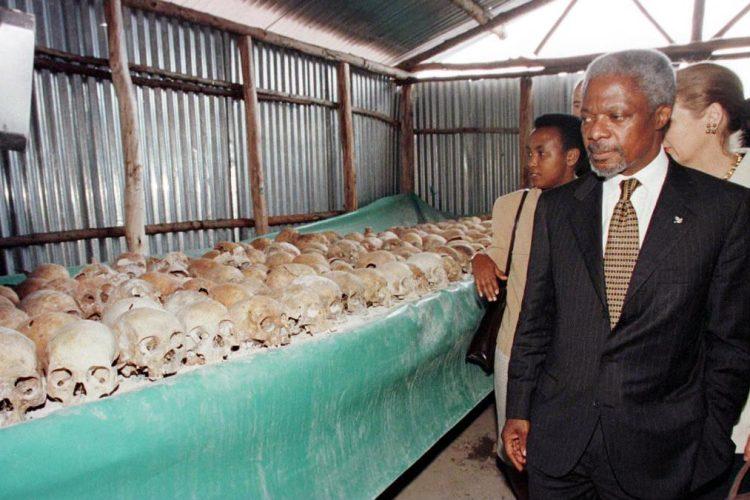 Kofi Annan camina el 8 de mayo de 1998, por el Monumento Mulire dedicado a las víctimas del genocidio.