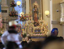 Familias se presentan ante la Virgen de Guadalupe. (Foto Prensa Libre: Carlos Hernández Ovalle)
