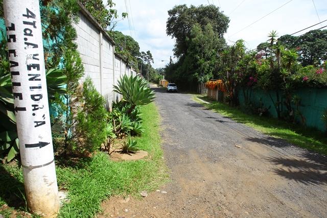 """En la 15 calle """"A"""" y 14 avenida """"A"""", zona 1 de Mixco, la ruta luce en condiciones aceptables por el trabajo de vecinos y una empresa. (Foto Prensa Libre: Álvaro Interiano)"""