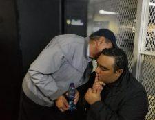 Luis Lima, hermano de Byron Lima, junto al abogado Marco Antonio Rossell en la Torre de Tribunales. (Foto Prensa Libre: Érick Ávila)