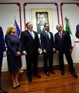 El Secretario de Estado de los Estados Unidos Mike Pompeo (c) y el Secretario de Seguridad Nacional de los EE. UU., Kirstjen Nielsen (d) llegan a la Ciudad de México. (AFP)