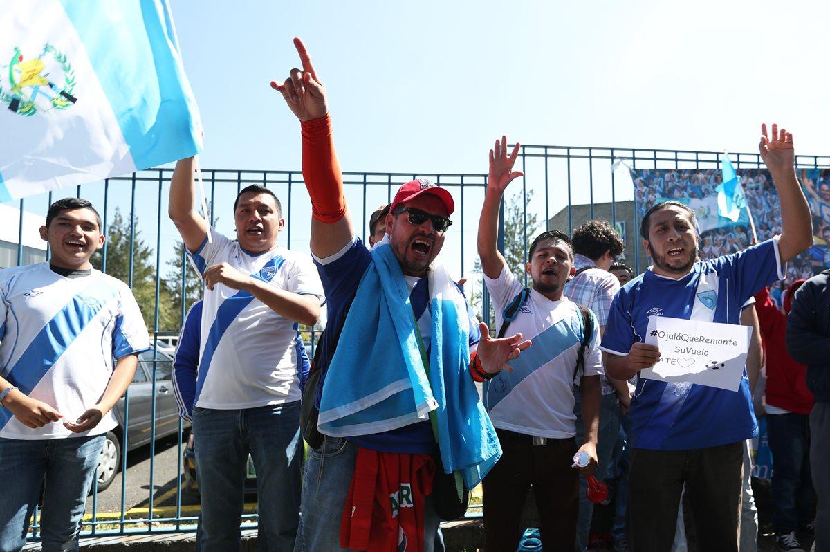 Un grupo de aficionados se mostraron inconformes por la suspensión de la Fedefut. (Foto Prensa Libre: Jorge Ovalle)