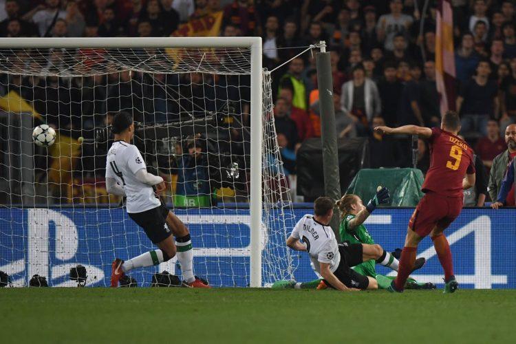 Edin Dzeko marca de derecha el segundo gol de la Roma.