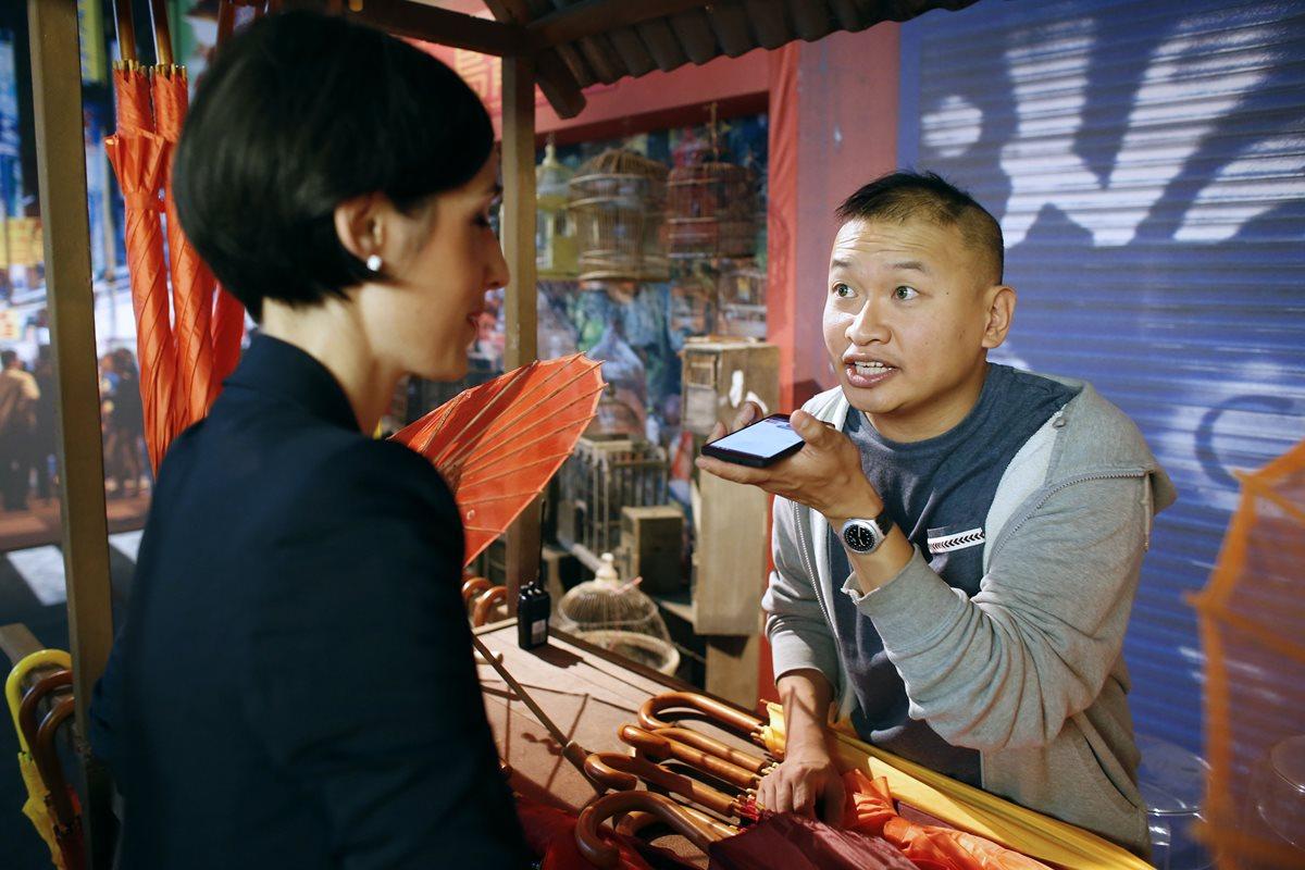 Un hombre usa una aplicación de traducción vocal de Google en su teléfono inteligente durante un evento de promoción de Google en la Ciudad de la Moda y Diseño (Cité de la mode et du design) en París. (Foto Prensa Libre: AFP)
