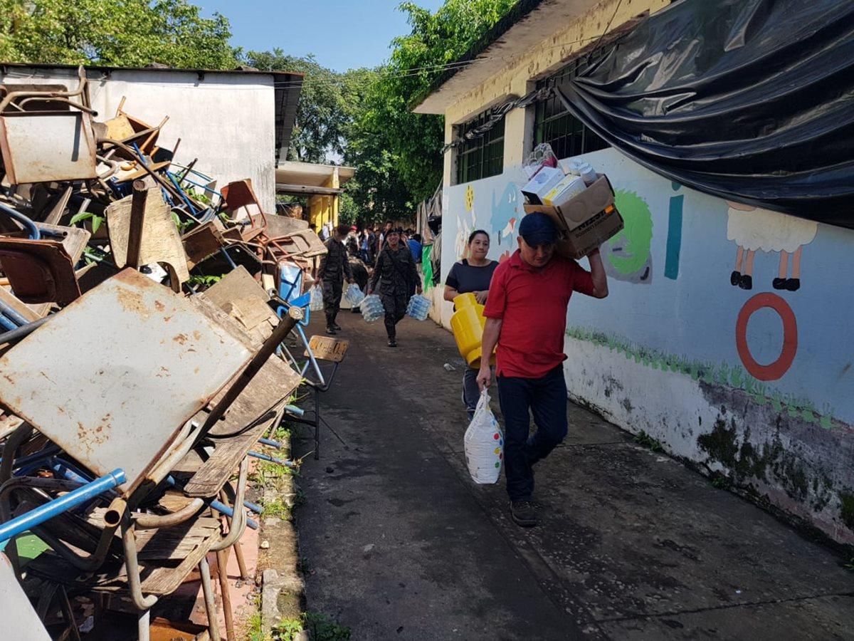 Familias que estaban albergadas en escuelas y centros comunitarios de Escuintla comienzan a ser trasladadas a los atus. (Foto Prensa Libre: Conred)